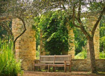 Restauración de muebles: cómo protegerlos del sol